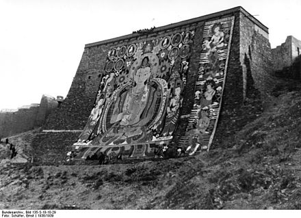 Bundesarchiv Bild 135 S 18 10 29 Tibetexpedition Tempelfest Gebetsmauer
